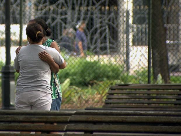 Familiares estiveram presentes no Campo Grande para aocmpanhar o caso (Foto: Imagens/TV Bahia)