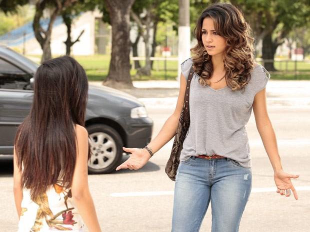 Morena quer saber por que Théo mandou devolver a joia (Foto: Salve Jorge/TV Globo)
