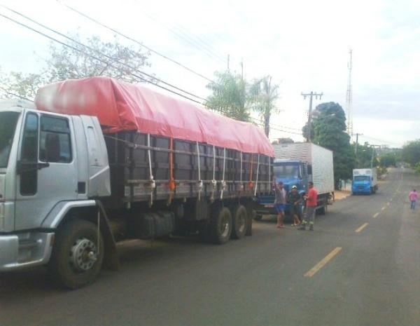Três caminhões são flagrados transportando mercadoria ilegal em Camapuã-MS. (Foto: Divulgação/PM)