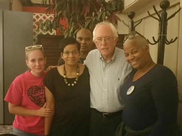 Bernie Sanders posa para foto com Geneva Reed-Veal, a mãe de Sandra Bland, amigos e familiares dela (Foto: Reprodução/Twitter/Hannah Bonner)