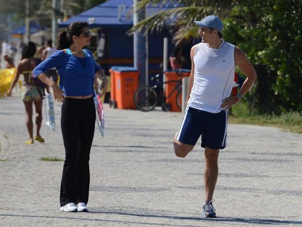 Helena Ranaldi e Reynaldo Gianecchini gravam em praia do Rio de Janeiro (Foto: Raphael Dias/TV Globo)