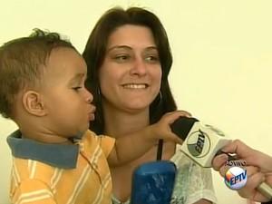 Jhennyfer levou o filho Samuel para ser imunizado (Foto: Reprodução/EPTV)