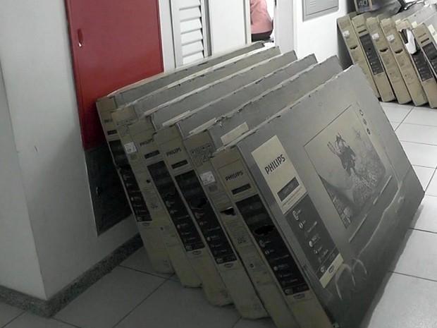 Polícia Militar apreende carga de televisores roubada na Fernão Dias (Foto: Reprodução EPTV)