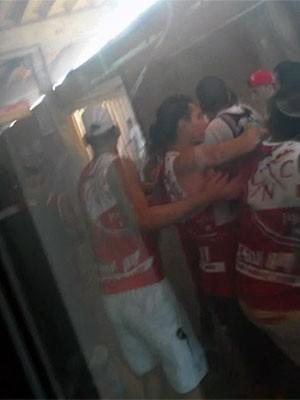 Briga de torcedores no metrô do Recife (Foto: Reprodução / WhatsApp)