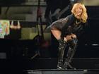 Rihanna faz empinadinha e sorri sexy em show
