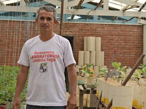 Professor Sebastião Elviro veste camisa com 'Queremos Laboratórios padrão lago', fazendo referência a um lago recentemente revitalizado  (Foto: Caio Fulgêncio/G1)