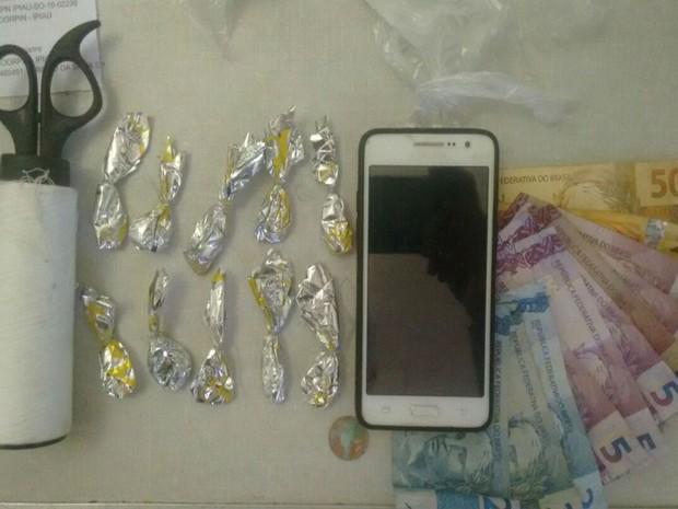 Jovem é presa com cocaína escondida dentro de pacote de fraudas na Bahia (Foto: Giro em Ipiaú )