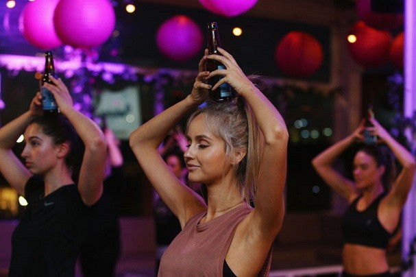 XXX on July 11, 2017 in Melbourne, Australia. Beer Yoga incorporates drinking a beer while going through traditional yoga poses. (Foto: Getty Images)