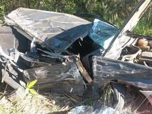 Veículo invadiu a pista contrária e colidiu em um caminhão na BR-470 (Foto: PRF/Divulgação)