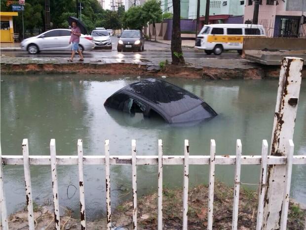 Um carro caiu em uma cratera (Foto: Thaís Lopes/TV Verdes Mares)