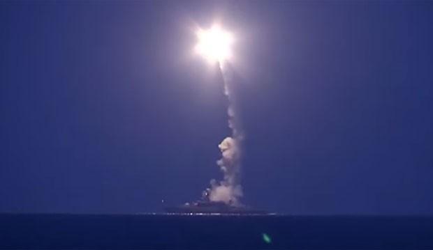 Navios de guerra russos dispararam nesta quarta-feira 26 mísseis de cruzeiro contra posições da organização Estado Islâmico na Síria (Foto: Reprodução/YouTube/Ministério da Defesa Russo)