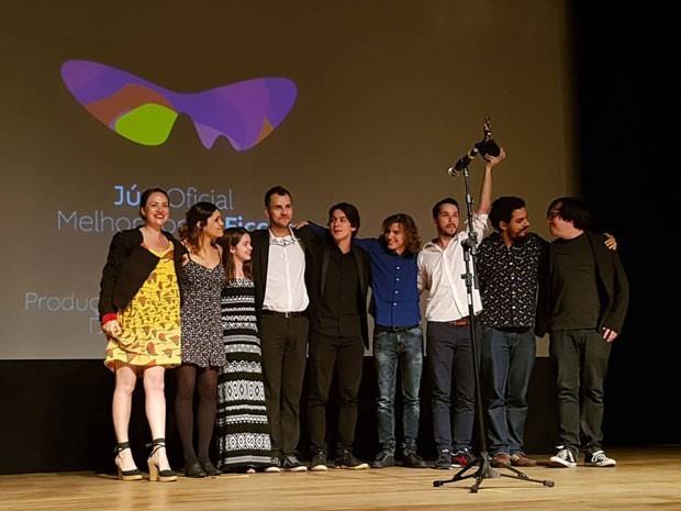 Equipe de 'Fala comigo' recebe o troféu de melhor longa de ficção do Festival do Rio neste domingo (16) (Foto: Divulgação)