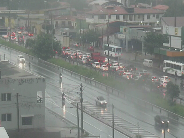 Na rodovia BR-116 no Bairro Aerolândia por causa das chuvas ocasionou um longo congestionamento (Foto: Reprodução/TV Verdes Mares)