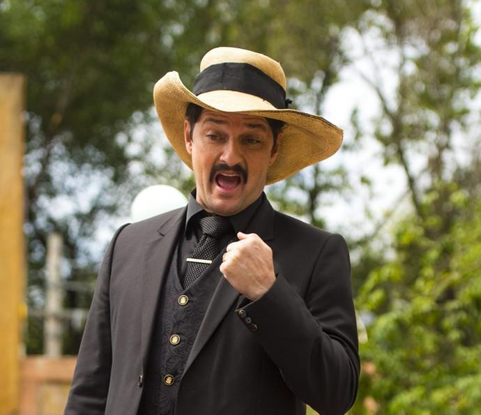 Carlos Eduardo é ameaçado por Encarnação (Foto: Globo/Estevam Avellar)