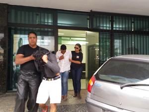 Presos na operação que investiga fraude em vestibulares foram levados para unidade prisional no início da noite desta segunda (24) (Foto: Raquel Freitas/G1)