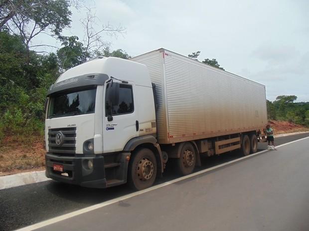 Depois de bater o caminhão, os assaltantes tentaram consertar os pneus em uma borracharia de Luzinópolis (Foto: Divulgação/PM-TO)
