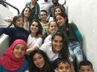 Dani Suzuki, Priscila Fantin e Flávia Alessandra posam com refugiados