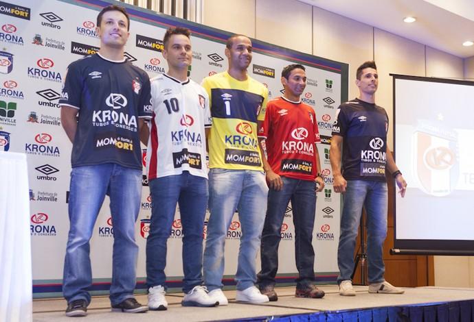 Joinville futsal apresentação temporada 2014 (Foto  Fabrízio  Motta Divulgação) Jogadores vestem os novos uniformes do ... ecb462cad99c3