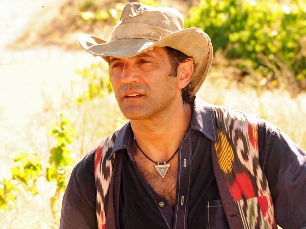 Zyah não tira seu cordão do pescoço (Foto: Salve Jorge/TV Globo)