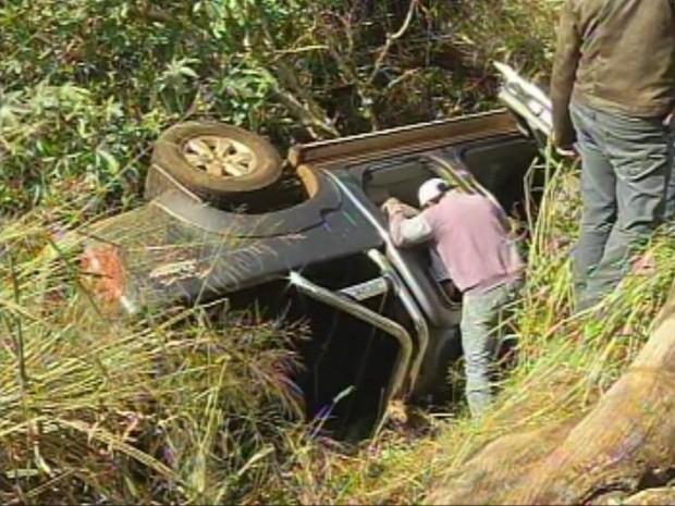 Caminhonete ficou escondida dentro do buraco (Foto: Reprodução/TV TEM)
