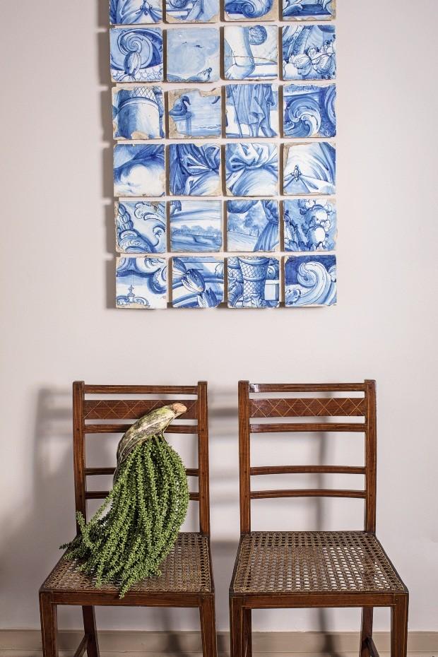 Antiquário Arnaldo Danemberg só privilegia móveis anteriores ao século 20 em sua casa (Foto: Deco Cury)