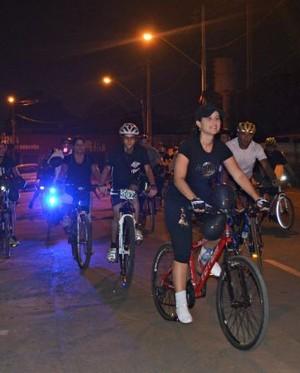 Ciclistas usaram blusas e balões pretos durante cicleata realizada na quinta-feira  (Foto: Aline Nascimento)