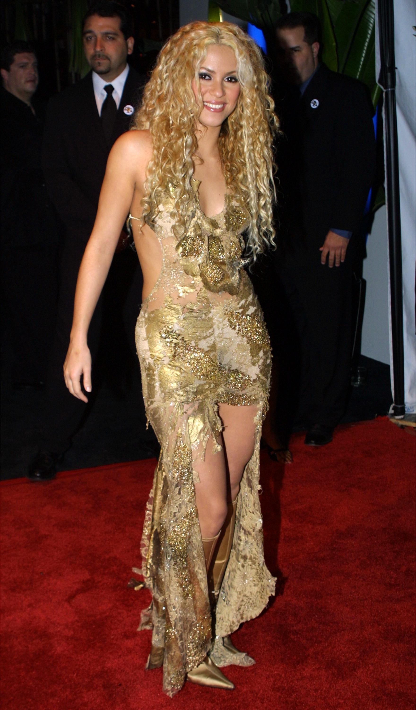 Também na festa de 2001, Shakira foi com uma roupa dourada que combinava com a cor de seus cabelos. (Foto: Getty Images)