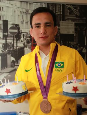 Felipe Kitadai com bolo de aniversário no Conexão SporTV 3  (Foto: Thiago Lavinas/ SporTV.com)