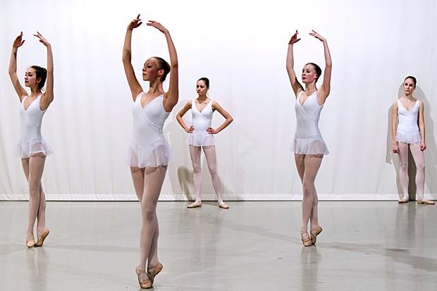 Dançarinos do Opera Ballet School ensaiam em Nanterre, subúrbio de Paris, em 21 de março (Foto: Lionel Bonaventure/AFP)