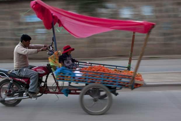 Veículo bizarro que mistura moto com charrete foi flagrado na terça-feira (20) no Peru  (Foto: Rodrigo Abd/ AP)