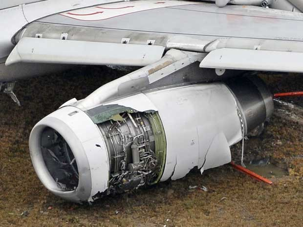 Turbina da aeronave está danificada. (Foto: Muneyuki Tomari / Kyodo News / via AP Photo)