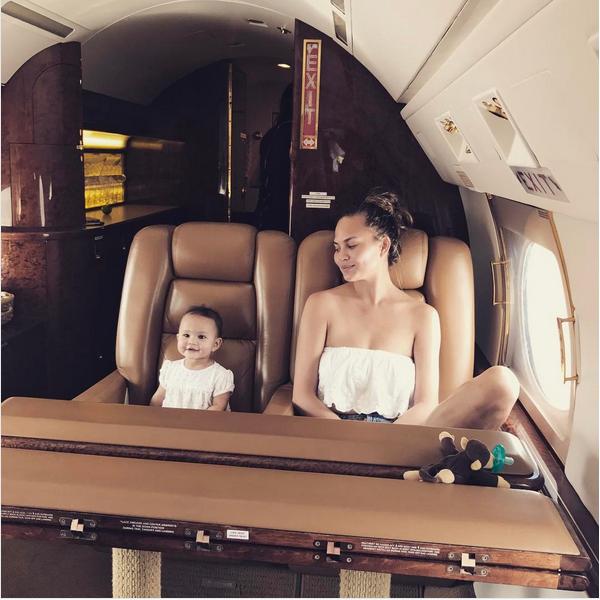 A modelo Chrissy Teigen com a filha (Foto: Instagram)