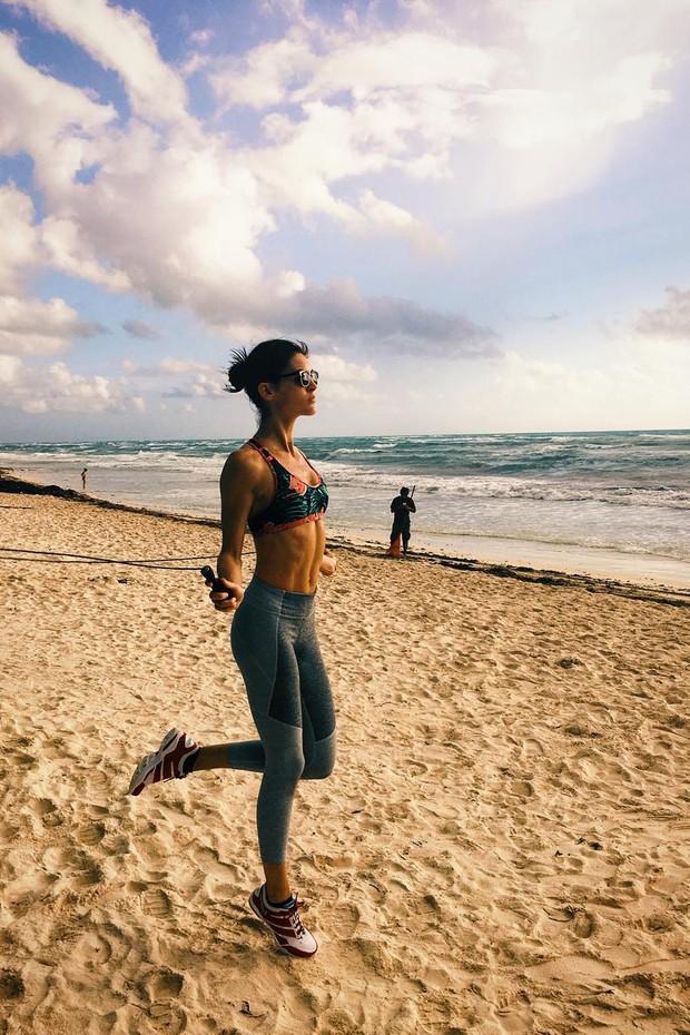 A beira da praia também pode ser o cenário perfeito para um treino express de Carnaval (Foto: Hilary Rhoda//Instagram)