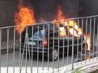 Carro pega fogo no bairro Estamparia, em Barra Mansa, RJ