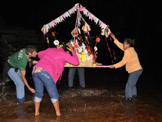 Fiéis dão banho em imagem de São João nas águas do rio Paraguai (Foto: Tatiane Queiroz/G1 MS)