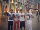 Neymar faz pose com os 'parças' nas ruas de Milão, na Itália