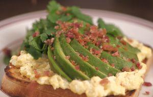 Sanduíche de abacate, bacon e ovo