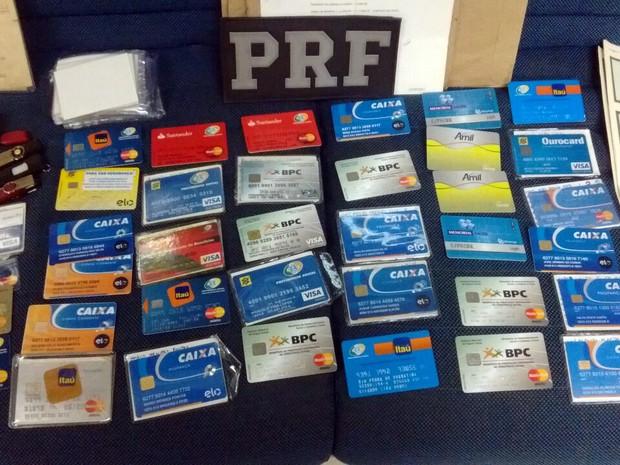 PRF prendeu dupla com dezenas de cartões falsos na Baixada Fluminense (Foto: Divulgação/PRF)