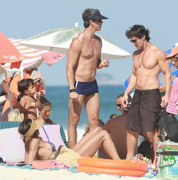 Márcio Garcia e a família na praia (Foto: Dilson Silva/ AgNews)