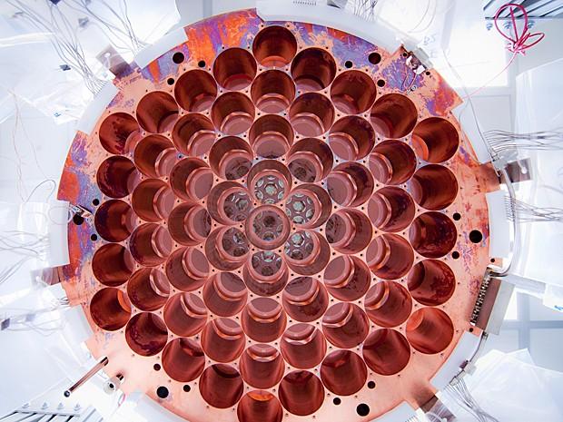 Parte de baixo do detector de matéria escura (Foto: Reprodução/Flickr/luxdarkmatter/C.H. Faham)