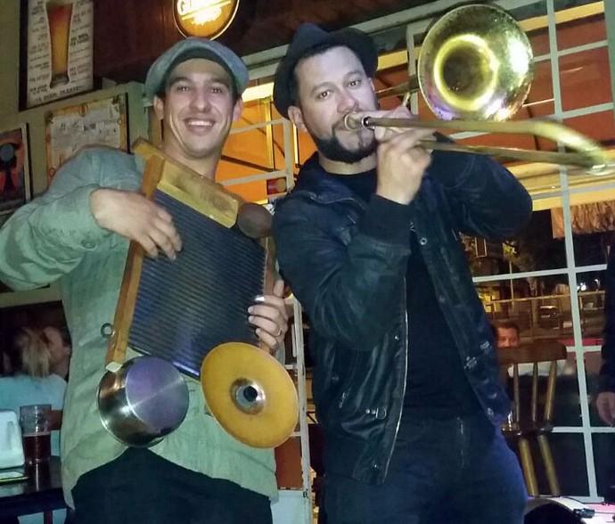 Guto da Gringo's Washboard Band e Raule da Big Time Orchestra tocam jazz  juntos (Foto: Arquivo pessoal)
