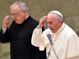 Papa Francisco faz o sinal da cruz durante a audiência geral desta quarta-feira (20) no Vaticano (Foto: Gabriel Bouys/AFP)