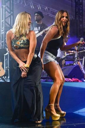 Claudia Leitte e Ivete Sangalo em show em Salvador, na Bahia (Foto: André Muzell/ Brazil News)