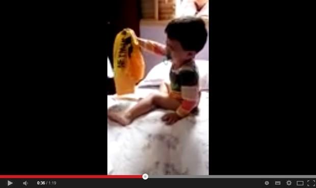 Em vídeo da internet, o pequeno Artur chora quando mãe tira sua camiseta do Brasil (Foto: Reprodução)