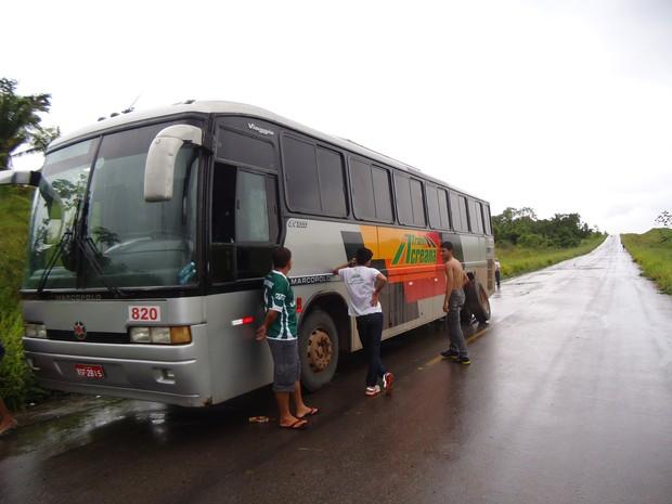 Passageiros aguardam conserto de ônibus na BR 364 (Foto: Arquivo pessoal)
