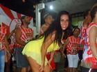 Solange Gomes recorre a shortinho para não mostrar demais no samba