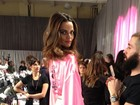 Barbara Fialho posa no backstage do Victoria's Secret Fashion Show