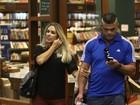 Vitor Belfort e Joana Prado passeiam em shopping do Rio
