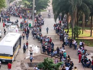 Centenas de pessoas fazem fila no Vale do Anhangabau, no centro de São Paulo, em busca de emprego nas tendas montadas pelo CAT (Centro de Atendimento ao Trabalhador). São disponibilizadas cerca de 6 mil vagas (Foto: Marcelo S. Camargo/Frame/Estadão Conteúdo)