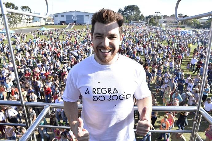 Outra surpresa da tarde foi a aparição do ex-BBB Cézar Lima, que aproveitou para subir no trio e cumprimentar a plateia. (Foto: Priscilla Fiedler/RPC)
